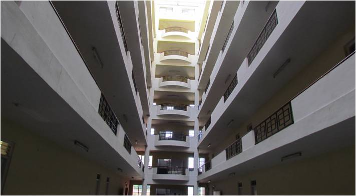 Interior corridor of Boys' Hostel. Damage can be seen at the expansion joint at the topmost floor (Sheth and Murty, 2012).